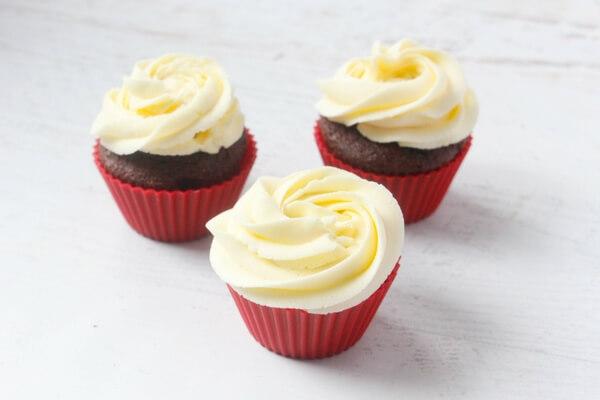 how-to-make-santa-hat-cupcakes-2