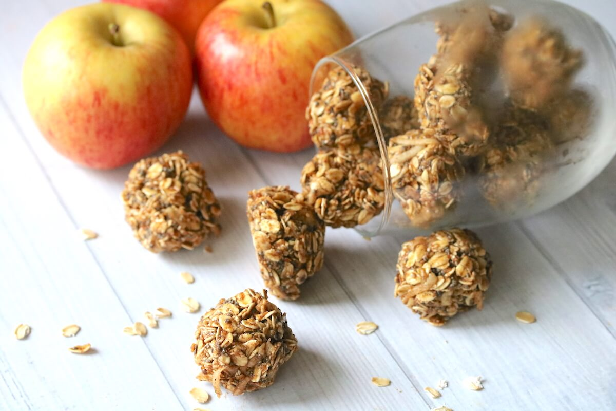 A healthy snack that both kids and parents can agree on— these yummy bite sized Apple Cinnamon Oat Balls take just minutes to make!