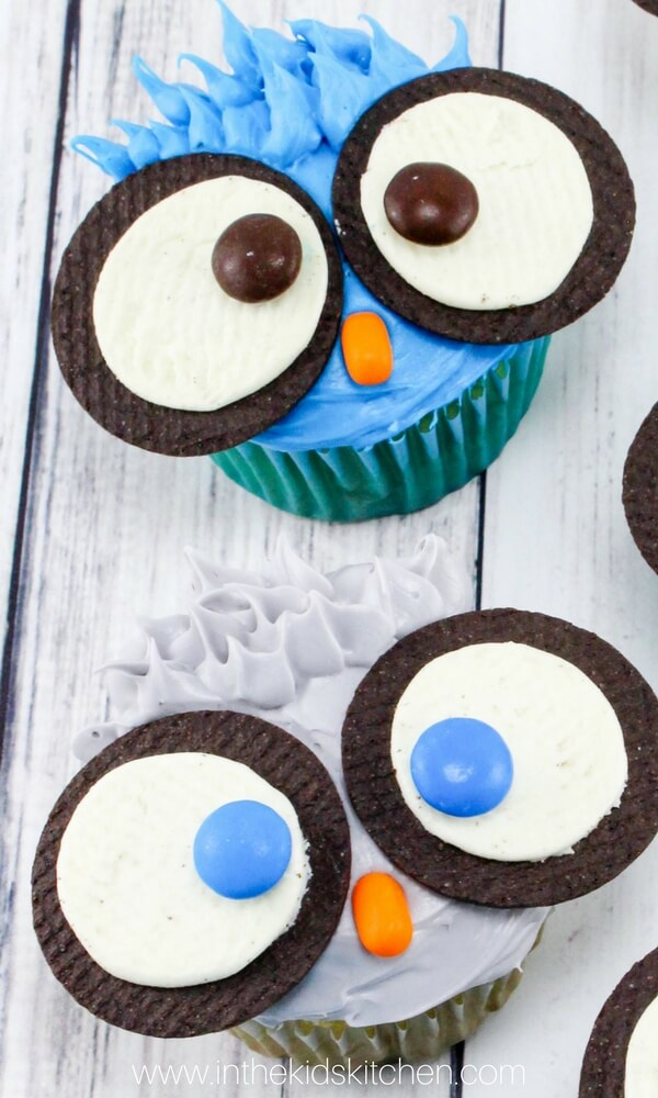 close up own owl cupcakes with Oreo cookie eyes