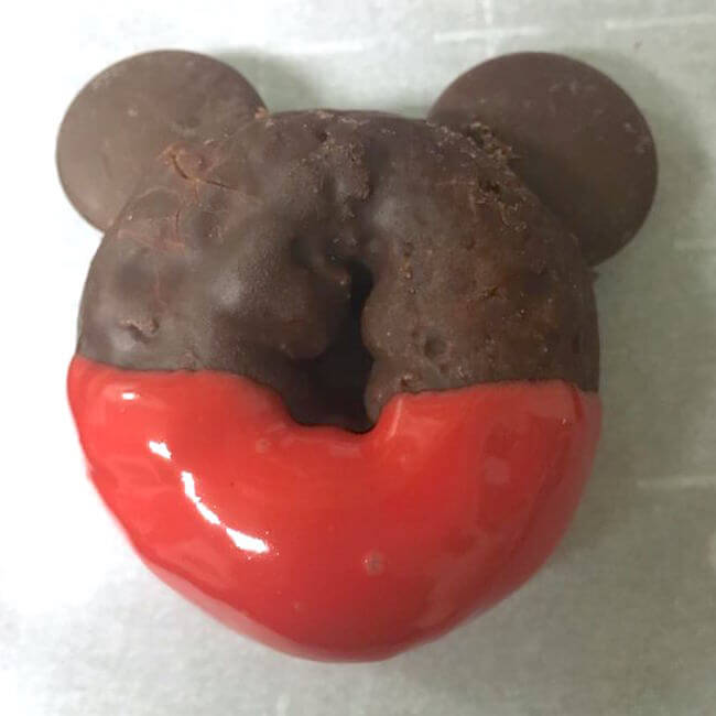 Disney fans will delight in these adorable Mickey & Minnie Christmas donuts! Try something new this year instead of the same old holiday cookies!