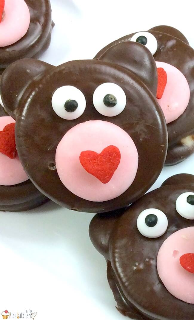 A super easy Valentine's Day party treat, these Teddy Bear Oreos will steal your heart! Chocolate-dipped treats like these are perfect to make with kids because the cookies are already pre-made (no baking required!) and all you have to do is decorate (the fun part!!)